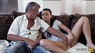 DADDY4K. El viejo satisface las necesidades sexuales de la novia de su hijo